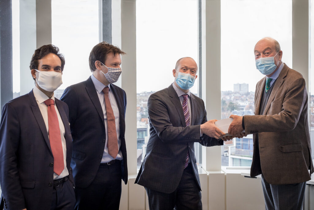 Remise liber amicorum paul alain foriers par Rafaël Jafferali, Paul Foriers et Erik Van den Haute